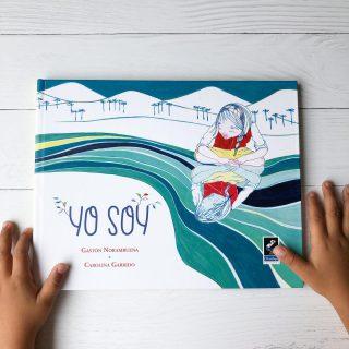 📚 Título: Yo soy ✏️Autor: Gastón Norambuena ✏️ Ilustradora: Carolina Garrido 📌 Editado por Claraboya Ediciones @claraboyaediciones Yo soy, es la historia de un encuentro, el de la pequeña protagonista con la naturaleza de la que forma parte y la cultura de su pueblo. Una niña mapuche va del campo a la ciudad y en su recorrido nos permite entrever, con sutileza, la manera en que se conforma la identidad. La huerta, el canto de su abuela, la relación con la naturaleza, el mercado y la voz de los otros niños, quedan enlazados para siempre en el recuerdo de la protagonista y del lector atento. Es un libro de tapa dura de 27 x 21 cm, 48 páginas, con ilustraciones de bellos tonos suaves que van acompañando la lectura de frases cortas que lo hacen muy amigable. Ideal a partir de los 7 años, aunque en casa lo leímos con Alonso y de igual forma quedó fascinado. Luego e la lectura nos hizo conversar sobre nuestra cultura u tradiciones, de como nuestras tradiciones pasan de generación en generación. Pueden trabajar temáticas como identidad, género, cultura y vínculos familiares. Disponible en @buencrecer WWW.BUENCRECER.CL #género#cultura #sentimientos #respeto #vínculos #crianzaconsciente #lecturaenfamilia #buencrecer #lecturainfantil #fomentolector #libreriainfantil