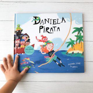 Daniela pirata es una niña muy segura de sí misma, lo tiene claro: ¡ella quiere ser pirata en el Caimán Negro! Va a bordo de su velero, libre como el aire y clara como el agua. Recorre los mares en busca del Barco pirata hasta que lo encuentra. Pero antes de ser Capitana debe sortear varios obstáculos, que le pone a prueba el capitán Oreja cortada. A pesar de haber superado todos los obstáculos, demostrar su alegría, valentía, fortaleza, el capitán no la deja ser pirata del barco por ser niña. Es ahí cuando todo la tripulación le hace entender al capitán que a pesar de que Daniela es una niña, cumple con todas las condiciones de ser pirata y lo mas importarte es que hay que ser Justo. Un libro que nos muestra la importancia de educar en igualdad y la importante de hacer lo que a uno lo hace feliz. Con ilustraciones atractivas y coloridas que acompañan al texto con varios detalles. Escrito por Susana Isern e ilustrado por Gómez, recomendado para niños y niñas que les gustan las aventuras. ¿Conocías este libro? Encuentra este libro en la web www.buencrecer.cl 💛🌈📚 o envíame un MD #fomentolector #librosparabebés#librosinfantiles #amorporloslibros #Libros #libreriainfantilonline #libreriaionine #LibreríaInfantil #buencrecer