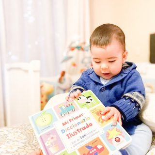 """No compres libros para decorar tu biblioteca. Compra Libros para que los niños y niñas los puedan tocar manipular y disfrutar de la lectura. 💛📚 """"𝕸𝖆𝖓𝖙𝖊𝖓𝖌𝖆𝖓 𝖑𝖔𝖘 𝖓𝖎ñ𝖔𝖘 𝖆𝖑 𝖆𝖑𝖈𝖆𝖓𝖈𝖊 𝖉𝖊 𝖑𝖔𝖘 𝖑𝖎𝖇𝖗𝖔𝖘 𝖔 𝖑𝖔𝖘 𝖑𝖎𝖇𝖗𝖔𝖘 𝖆𝖑 𝖆𝖑𝖈𝖆𝖓𝖈𝖊 𝖉𝖊 𝖑𝖔𝖘 𝖓𝖎ñ𝖔𝖘"""" 🌈📚💛 Cuéntame ¿Cuál es el favorito de tus peques? 📷conti.jorquera #librosparabebés #familia #literaturainfantil #libreriainfantil #buencrecer #librosconalma #librosinfirmativos #librosparapeques #buencrecer #buencrecertiendaonline"""