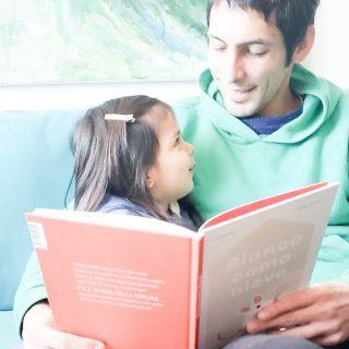 La lectura es eso y más, amor puro. Conexión de miradas. La lectura tiene esa magia, ese momento de disfrute calentito y abrazado. 📚💛🌈😍 Awww ¿quién recuerda momentos así? 📷Gracias @sandruka_7 por compartir este momento tan intimo lleno de amor 💛 #librosinfantiles #amorporloslibros #LibreríaInfantil #bebe #buencrecer #criarycontar #librosparabebes #libreriainfantil #lecturafamilia #vinculo #amorpuro